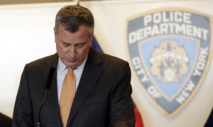 Bill De Blasio, sindaco di New York, durante la conferenza sull'assassino dei due poliziotti della NYPD