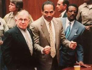 Simpson circondato dai suoi avvocati durante la lettura del verdetto.